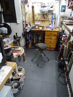 Verwirklichen Sie Ihren Traum einer kleinen Keller Werkstatt mit dem PVC Bodenfliesen von FLOORWORK. Desk, Furniture, Home Decor, Small Basements, Flooring Tiles, Work Shop Garage, Desktop, Decoration Home, Room Decor