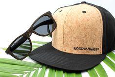 """In unserem """"Special Set #1"""" findest du unsere """"Bestseller"""" Bambus Sonnenbrille: LIKO """"BLACK"""" (Größe Unisex für Damen & Herren). Inkl. Kork Brillen Etui (Case) sowie einem Microfaser Reinigungstuch und natürlich unser beliebtes Snapback Kork Baseball Cap """"Schwarz"""". Das Perfekte Geschenk 🎁🎁. Snapback Cap, Unisex, Baseball, News, Fashion, Eyewear, Bamboo, Gift, Black"""