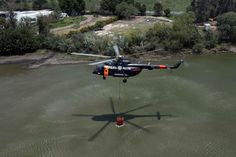 La aeronave puede transportar hasta 22 personas y está equipada con un helibalde con capacidad de descarga de mil litros de agua; fue gestionada por la Comisión Nacional Forestal (CONAFOR), ...
