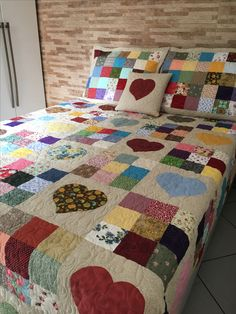 New patchwork baby quilt scrap fabric ideas Baby Patchwork Quilt, Rag Quilt, Patch Quilt, Applique Quilts, Colchas Quilting, Quilting Projects, Quilting Designs, Cute Quilts, Easy Quilts