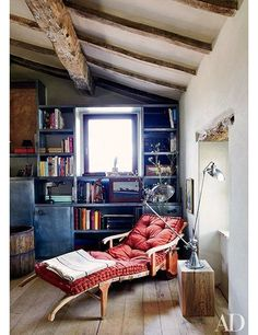 At the Umbria, Italy, estate of architect Benedikt Bolza, a custom-made chaise longue is the focus of the study.