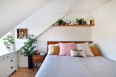 Apartment therapy rental decorating house tours 43 ideas for 2019 - Modern Home Bedroom, Bedroom Decor, Airy Bedroom, Upstairs Bedroom, Home Interior, Interior Design, Rental Decorating, Decorating Ideas, Dining Nook