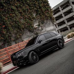 Blacked out Rolls Royce Cullinan what a Beast double tap if you like ❤️ Luxury Boat, Best Luxury Cars, Bmw Sport, Sport Cars, Voiture Rolls Royce, Rolls Royce Suv, Rolls Royce Cullinan, Lux Cars, Car Goals