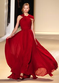 Elie Saab just made up for the worst fashion season ever. Stunning Dresses, Beautiful Gowns, Nice Dresses, Beautiful Things, Style Haute Couture, Couture Fashion, Vestidos Elie Saab, Red Gowns, Costume