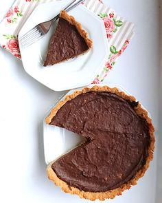 Vem ver como fazer uma torta de chocolate lowcarb sem glúten e lactose para comer sem culpa e com muita alegria! Receita fácil e deliciosa.