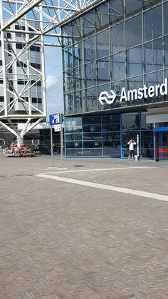 Reizigers rondom Station Sloterdijk genieten van zomerse weer