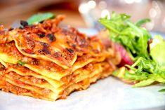 Her er opskriften på en klassisk lasagne med kødsovs, pastaplader og bechamelsovs. Super god lasagne.