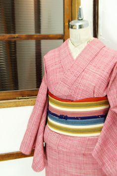木苺のようなベリー色がさしいれられたチェックのウール単着物です。