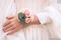 Complementos de novia: fotos pulseras con flores para novia y damas de honor  (9/20) | Ellahoy