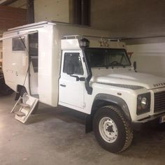 Land Rover 130 - Simple Cab - PSI Azalaï... Land Rover Defender, Land Rover 130, Land Rover Serie 1, Defender Camper, Land Rovers, Landrover Camper, Truck Camper, Rv Campers, Camper Van