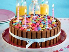 Geburtstagskuchen - Backrezepte für den großen Tag  - kitkat-smarties-torte  Rezept