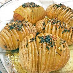 Esta receta de patatas Hasselback es de origen sueco. Las patatas se asan de forma tradicional y los cortes hacen que los sabores se integren en el interior