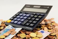 Der Taschenrechner. Die Taschenrechner.  Ein Taschenrechner liegt auf Geld.