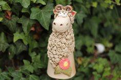 Bruno Määäh das Schaf weidet sehr gerne auf grünen saftigen Wiesen und am liebsten bei Ihnen zu Haus.  In liebevoller Handarbeit hergestellt.  Bruno der Schafbock ist frostfest gebrannt und...