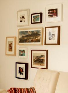 """""""Hice una pared de fotos totalmente diferente en nuestro family room: todas las monturas son distintas, las fotos tienen diferentes tamaños y están dispuestas más libremente.  Antes de poner los clavitos, tracé el contorno de los marcos en papel kraft, los recorte y los pegue a la pared. Una vez que estuve satisfecha con la disposición, pusimos los clavos y por último simplemente despegamos los papeles. Es un metodo anti-fallos."""""""