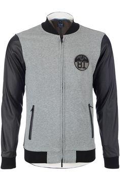 Zeer sportief grijs met zwart vest van Armani Jeans. De voorkant is lichtgrijs de achterkant donkergrijs. De zwarte mouwen zijn van geperforeerd polyurethaan wat ook weer terugkomt langs de ritszakken op de voorkant. Het vest heeft een aangename zachte voering. De zwarte boorden zijn van een stretch katoen. Op de borst zit een badge met het Armani Jeans logo.