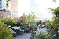 rooftop garden Urban Retreats: 10 Dreamy R - garden Rooftop Design, Terrace Design, Garden Design, Lower Manhattan, Outdoor Gardens, Rooftop Gardens, Underground Homes, Outdoor Garden Furniture, Outdoor Rooms