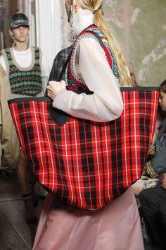 Burberry Fall 2017 Ready-to-Wear Undefined Photos - Vogue. Designer High  Fashion HandBags 1b2ad7afb5665