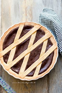 La Crostata al cioccolato, non ha bisogno di troppe presentazioni, è un dolce divinamente buono e confortante, a base di pasta frolla e cioccolato: il dolce più amato da grandi e piccoli. Le Ricett…