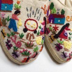 30 sugestões legais para customizar alpargatas | Blog da Mari Calegari Crochet Boots, Textiles, Mexican Art, Hand Embroidery, Espadrilles, My Style, Crafts, 30, Shoes