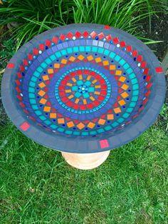 Etsy - Birdbath - ver pedestal em barro -cores brilhantes atraem mais os pássaros? Boa decisão de cor de rejunte. Moroccan design by RebeccaNaylorMosaics