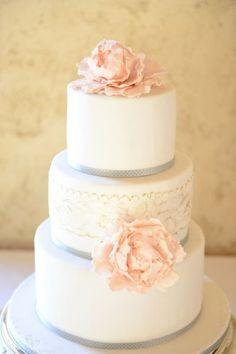 Saving the Top of the Wedding Cake - A Sweet Tradition? | Team Wedding Blog  #weddingcake #teamwedding #weddingcakes