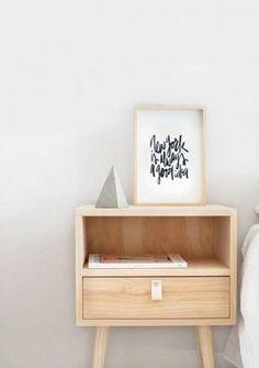 licht houten nachtkastje