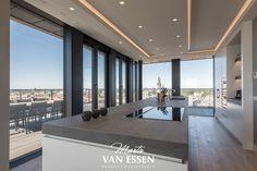 Prachtige strakke keuken. Modern en in de style van de rest van het interieur wat ook door ons verzorgd is. Dit mooie penthouse heeft een adembenemend uitzicht over Den Haag en omstreken. Kijk op onze website voor meer foto's