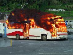 PORTO DA CALHETA: Autocarro Escolar Incendeia-se no Porto da Calheta...