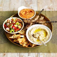 Serveer deze mezzeselectie met geroosterdpitabrood, yoghurt en crudités naar keuze. 1 Muhammara (oranje saus bovenaan)  Laat geroosterdepaprika's uit een potuitlekken en pureer ze inde keukenmachine gladmet een...
