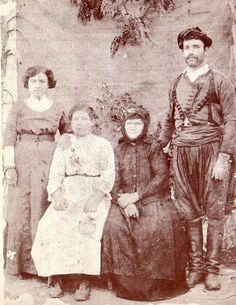 A Cretan family. Greek Traditional Dress, Traditional Outfits, Old Photos, Vintage Photos, Rethymno Crete, Old Greek, Photographs Of People, Old Maps, Historical Pictures