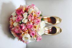 Casamento de Vanessa & Fagner em Niterói - RJ. Lindo sapato com buquê de noiva delicado. --- Vanessa & Fagner's wedding in Niterói - RJ. Beautiful shoes with a delicate bouquet.