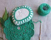 Sasso marino con vestito verde prato, e centrino. Da collezionare. Home decor.