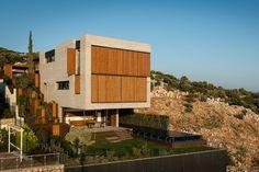 Cette maison contemporaine nommée « Ma Vie La » a été imaginée et réalisée par le studio d'architecture turc Erdil İnşaat.  Ce monolithe de 64 m2 au sol offre une superficie totale de 520 m2. Tout, dans ce projet, est fait pour profiter au maximum de la vue et de l'environnement. Cette construction minimaliste se compose de cinq matériaux principaux qui sont le béton, le bois, le verre, l'acier et la pierre. Malgré son dessin très moderne, cette maison familiale est un hommage aux...