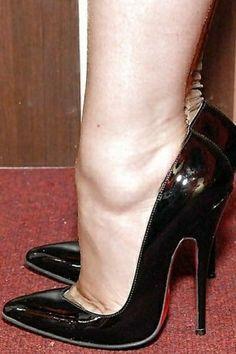 Black high heels and nude seamed pantyhose Sexy Legs And Heels, Black High Heels, High Heels Stilettos, Stiletto Heels, Vintage High Heels, Nylons Heels, Stockings Heels, Talons Sexy, Beautiful High Heels