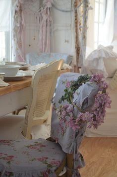 Combine a Love of Vintage Decor, Genealogy & Old Photos – Shabby Chic Decor Shabby Chic Mode, Shabby Chic Bedrooms, Shabby Chic Cottage, Vintage Shabby Chic, Shabby Chic Style, Shabby Chic Furniture, Shabby Chic Decor, Romantic Bedrooms, Romantic Cottage