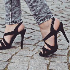 #the5thelementshoes #rosettishowroom #springsummer #sandals #black #velvet #highheels