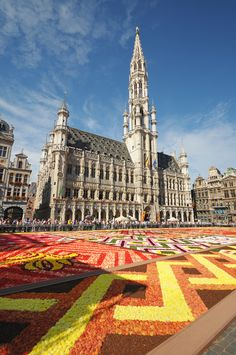 The 20th Flower Carpet, set up in Brussels' Grand Place, will be adorned in a Japanese designed to celebrate 150 years of Belgo-Japanese friendship & you simply can´t miss it!