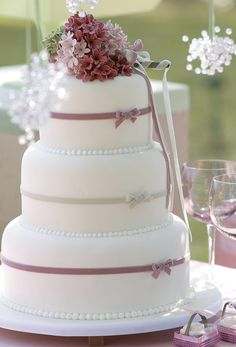 bolo-de-casamento-tradicional-com-detalhes-em-branco-e-rosa-