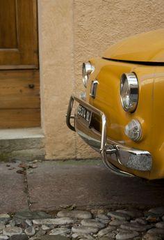 #FIAT 500. Maakten ze bumpers nog maar zo. Dan had u geen lakschade bij het #paaltjeskussen. #oldtimer