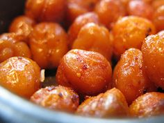 roasted spicy chick peas. healthy crunchy alternative to potato chips!