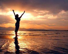 Manantiales de Armonías: Cada día... Un nuevo comienzo...¿ Por qué sucede esto? Por algo muy simple, cuando estamos llenos, cuando somos felices, somos más empáticos, damos mucho más a los demás y nos encontramos en armonía perfecta y maravillosa con nosotros mismos y con nuestro entorno. En los momentos de felicidad generamos endorfinas que nos hacen tener niveles altos de energía, alegría y satisfacción, eso se nota y se transmite. Usando una palabra de moda: Es un chute de alegría...