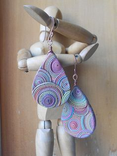 Polymer clay earrings by made using an extruder. Polymer Clay Kunst, Polymer Clay Tools, Polymer Clay Pendant, Fimo Clay, Polymer Clay Projects, Polymer Clay Creations, Polymer Clay Earrings, Clay Extruder, Clay Charms