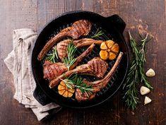 Rosmariinilammasta ja uunikasviksia | Rosa Viini & Ruoka Lamb Ribs, Lamb Chops, Plato Recipe, Basic Salad Recipe, Mutton Meat, Easy Dinner Recipes, Easy Meals, Rosemary Herb, Grilling Sides