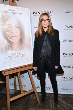 """Jennifer Aniston werden mit ihrem neuen, """"ernsthaften"""" Film """"Cake"""" ja echte Oscar-Ambitionen nachgesagt. Dass sie das seriöse Fach auch beherrscht, scheint sie mit einem neuen Look unterstreichen zu wollen: Zu einer Sonder-Vorstellung des Films kam sie nicht im Cocktail-Kleidchen, sondern in Lederhose und, Achtung, mit Brille."""