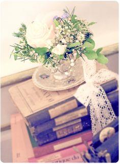 Decoración vintage para las mesas de la boda, el rincón de las firmas... me encanta la mezcla de flores y libros