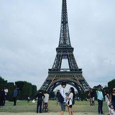 Instagram의 종우 박님: 와이프와 함께 생애 첫 유럽 그것도 애패르 #파리여행 #럽스타그램 #에펠탑 1일차 느낀것. 파리사람은 불친절하다. 달팽이와 푸아그라는 맛이 없다. 샤넬매장이 많다.