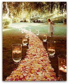 Hermosa decoración de camino de flores y velas ideal para una boda...