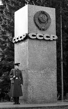 1986 USSR Leningrad / Finland / Vyborgsky District of Leningrad Oblast. Communist Propaganda, Propaganda Art, Soviet Art, Soviet Union, Russian Constructivism, Warsaw Pact, Evil Empire, The Man From Uncle, Socialist Realism