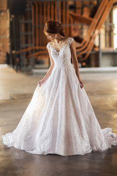 Vestido de noiva de renda com saia volumosa ( Vestido: Nova Noiva | Beleza: Agência First | Foto: Larissa Felsen )